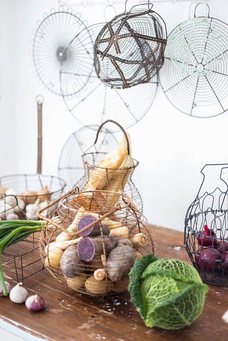 Verschiedene Drahtkörbe zur Aubewahrung von Gemüse in der Küche