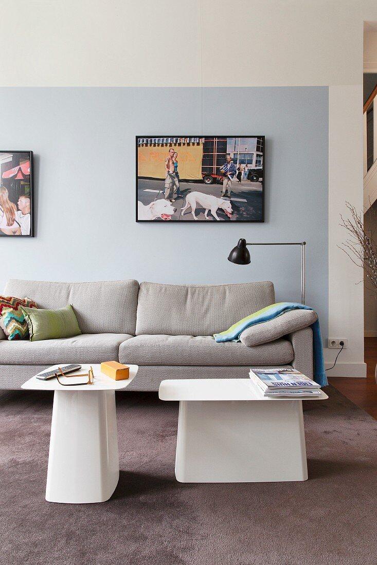 Sofa und Designer Beistelltische im … - Bild kaufen ...