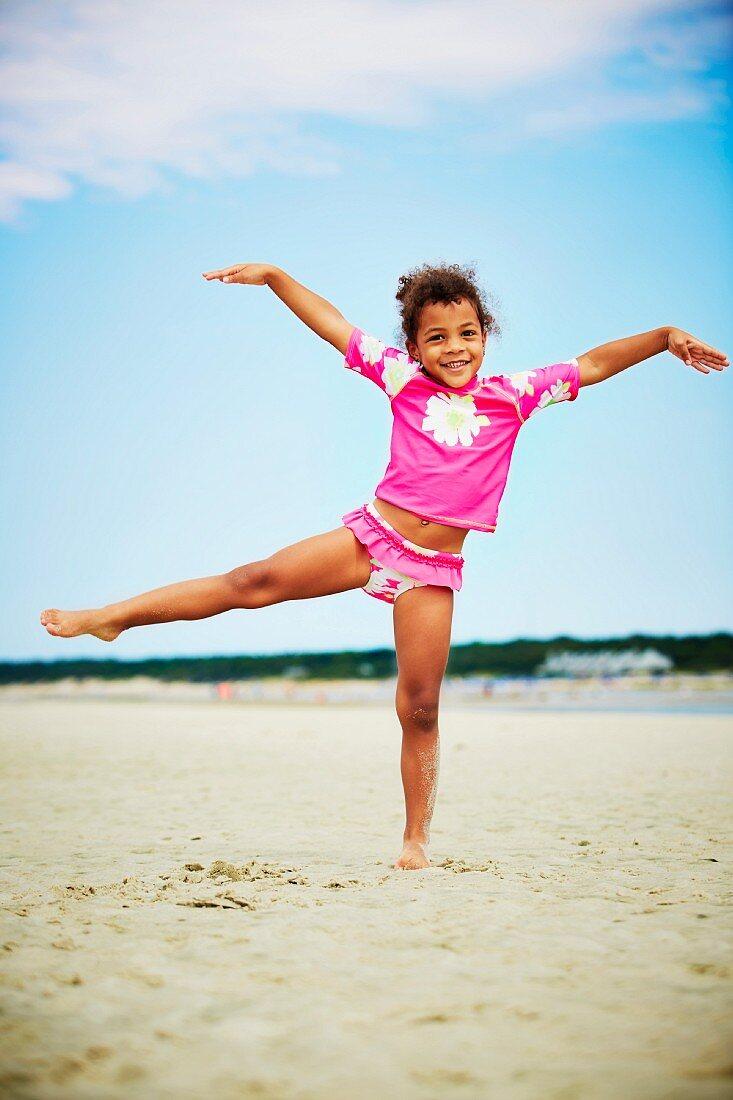 Kleines Mädchen balanciert auf einem Bein