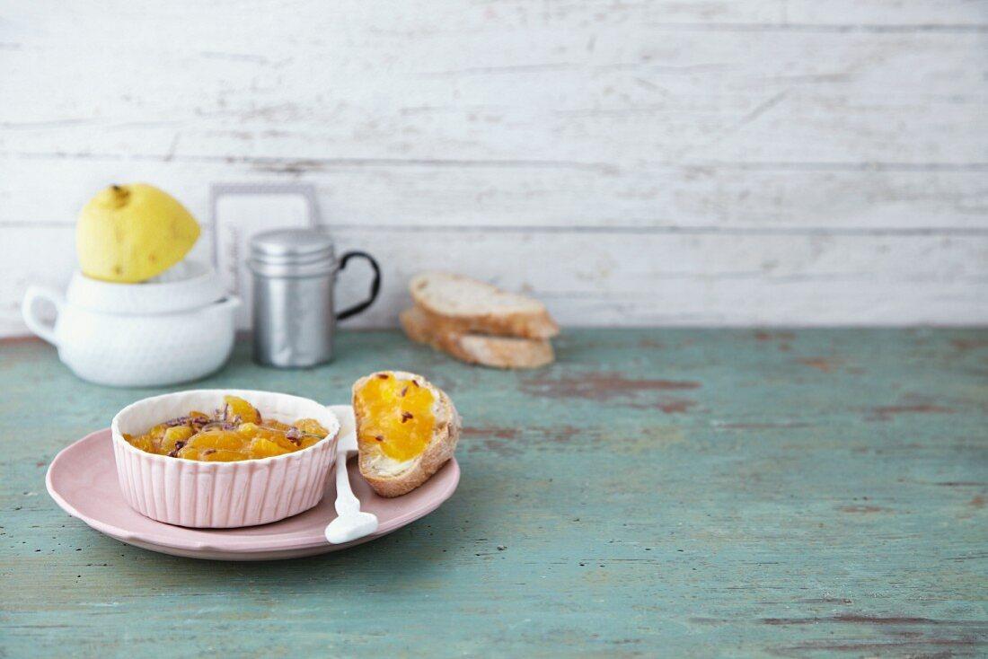 Aprikosenkonfitüre mit frischem Lavendel