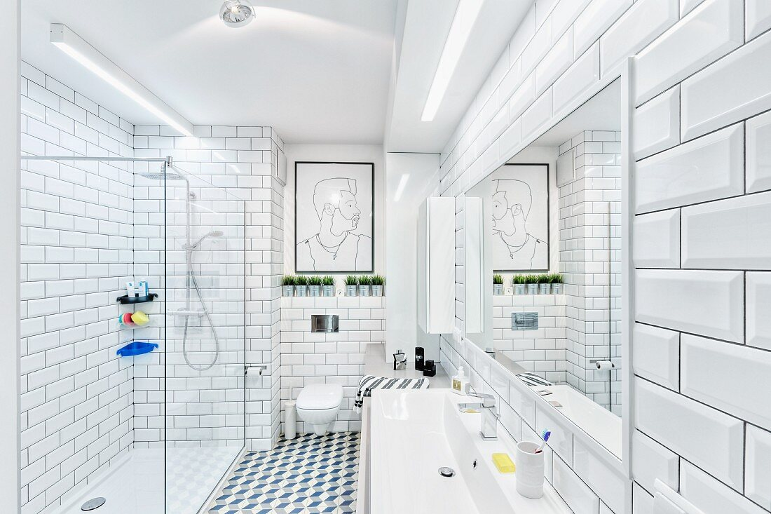 Modernes Bad in Weiß mit Wand  & … – Bild kaufen – 20 ...