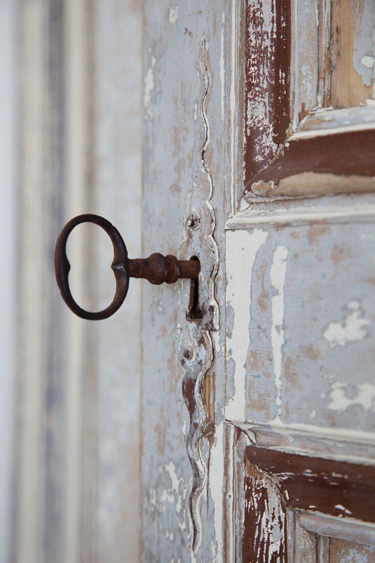 Alte Tür mit rostigem Schlüssel
