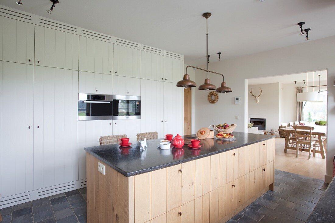 kücheninsel in einer ländlichen küche … - bild kaufen