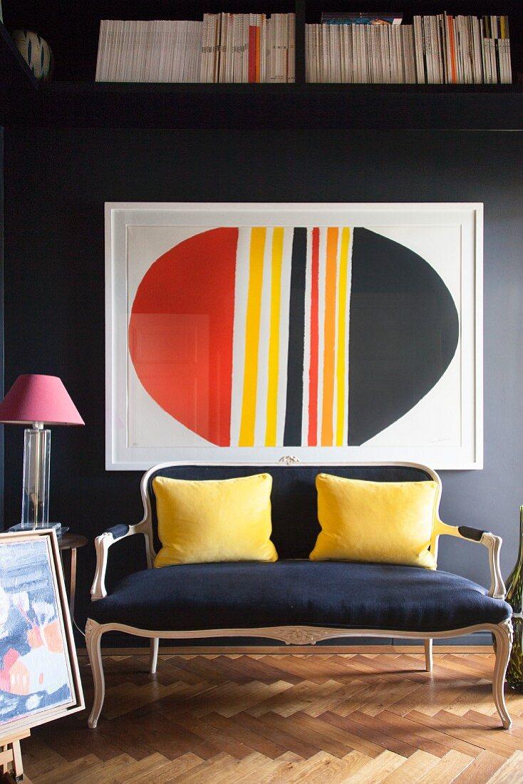 Antikes Sofa mit gelben Kissen vor … - Bild kaufen ...