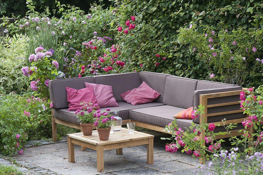 Lounge Ecke auf kleiner Terrasse … – Bild kaufen – 20 ...