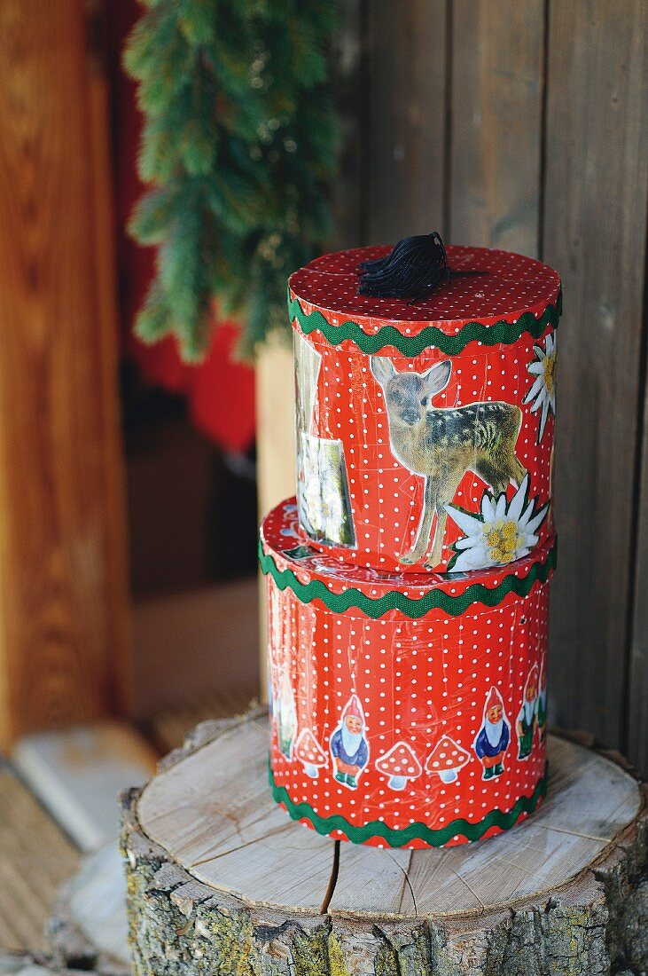 Storage tins in vintage-style patterns