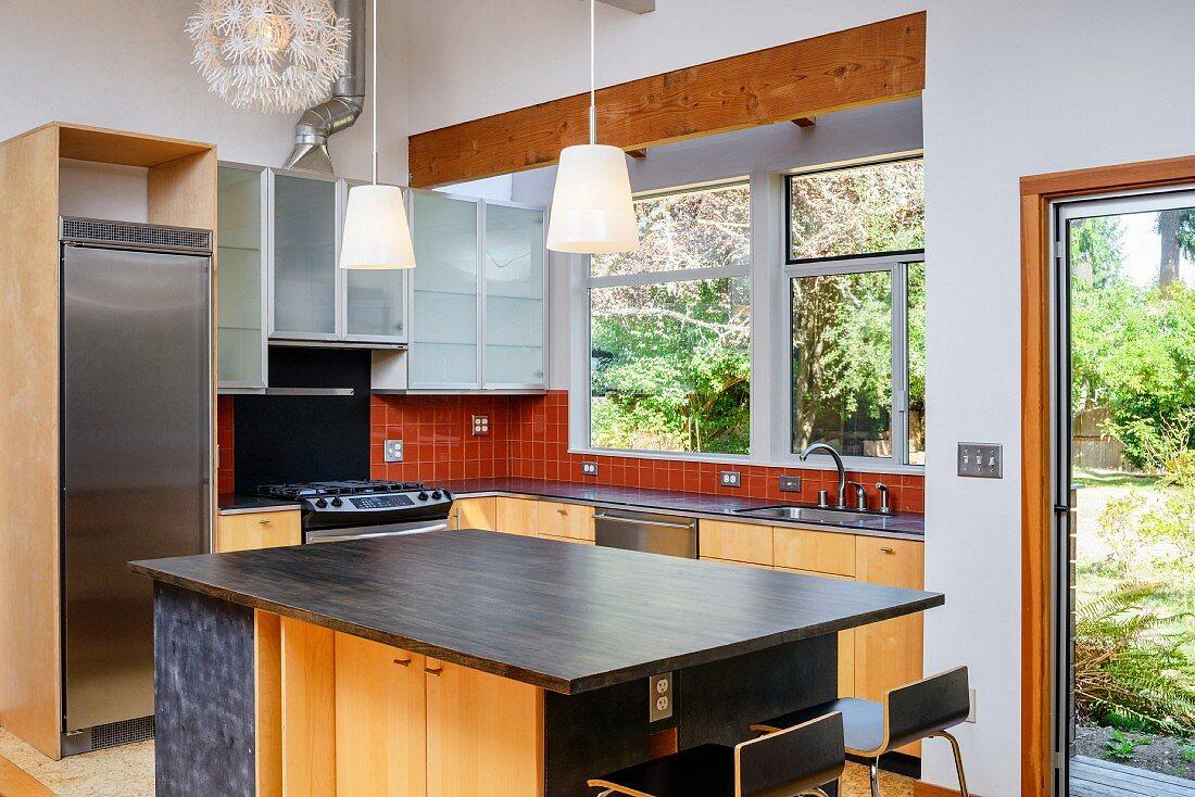 moderne küche mit kücheninsel, fenstern … - bild kaufen
