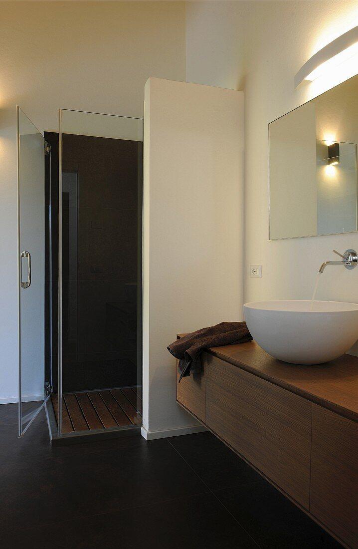 Ebenerdige Dusche mit Trennwand und … – Bild kaufen – 20 ...