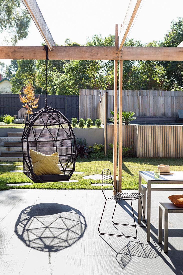 Hängesessel auf sonniger Terrasse mit … – Bild kaufen – 20 ...
