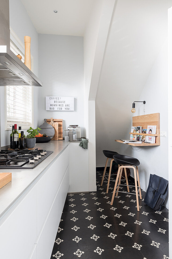 White fitted kitchen and small breakfast … – Buy image – 9 ...