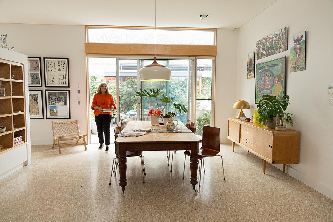 Moderne Stuhle Am Alten Holztisch Vor Bild Kaufen 12424641 Living4media