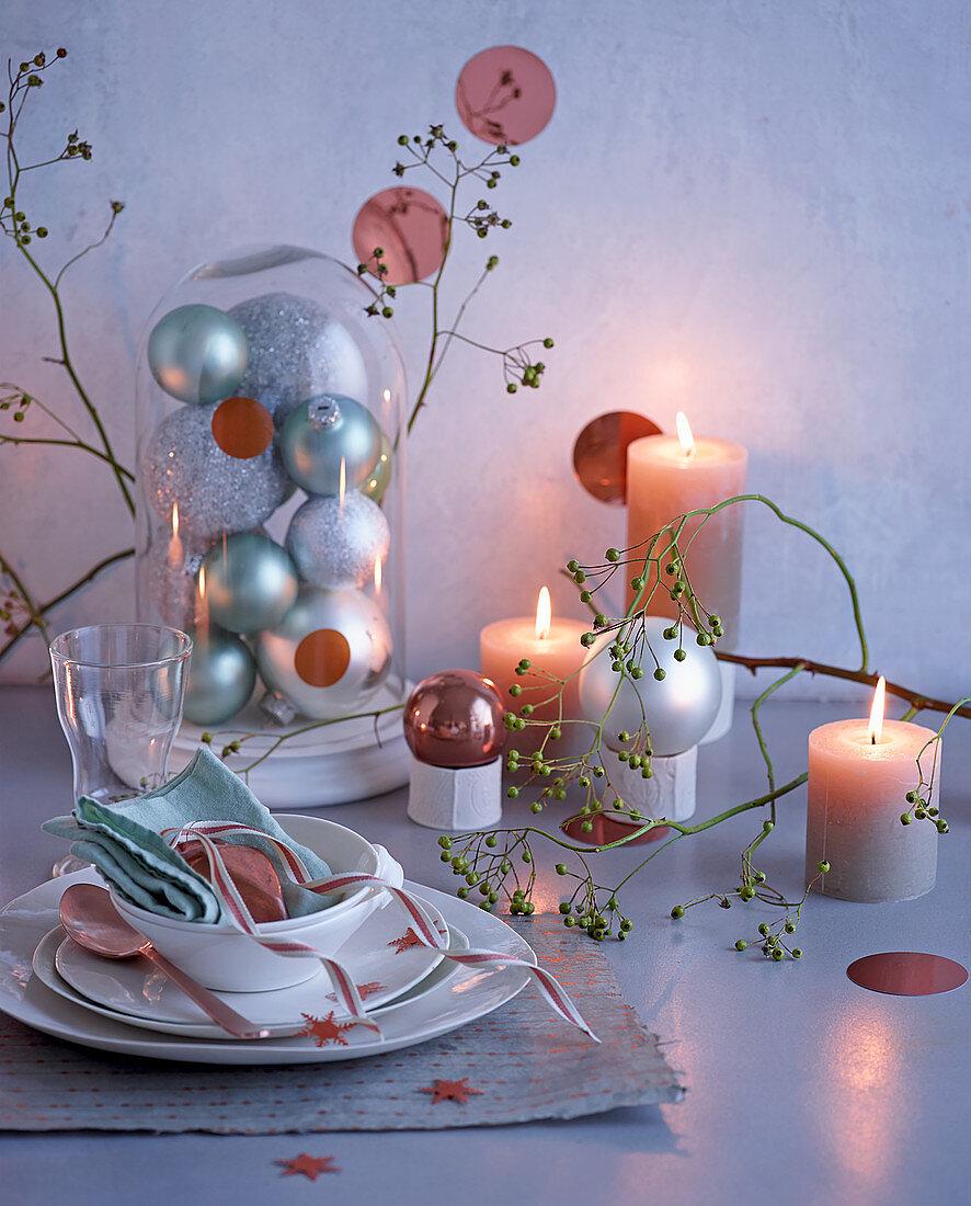 Gedeck und Weihnachtsdeko mit brennenden Kerzen