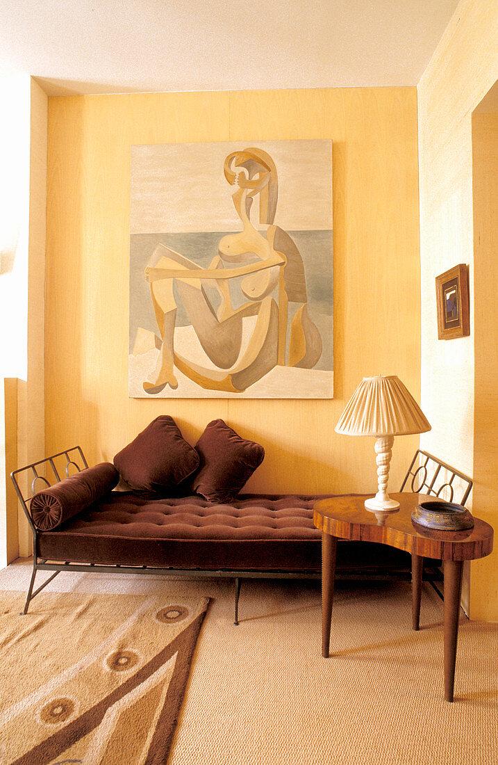 Tagesbett mit braunem Samtbezug unter abstraktem Gemälde
