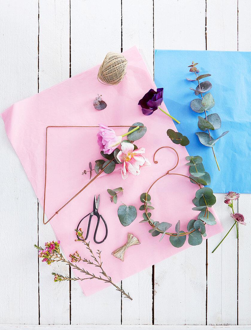 Material für minimalistische Blumenkränze auf Kupferdraht