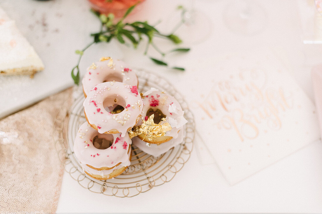 Donuts mit rosafarbener Glasur und Deko in Pink und mit Blattgold