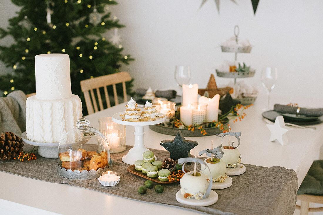 Weihnachtlich dekorierter Esstisch