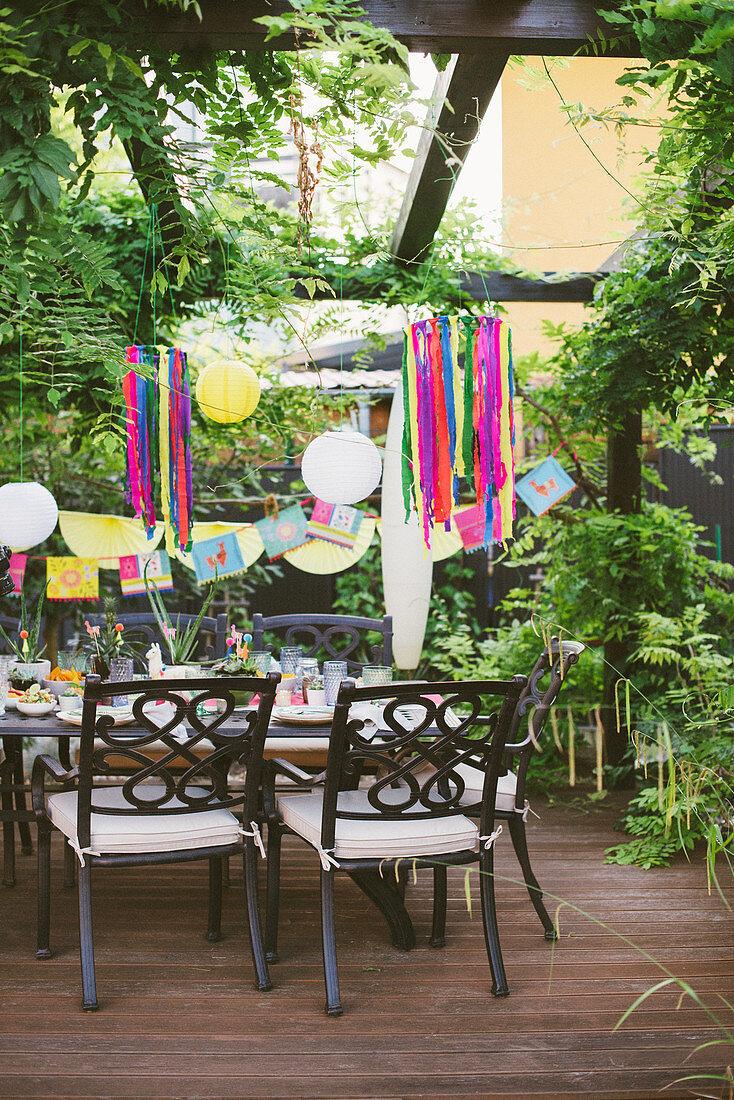 Bunt gedeckter Tisch auf der Terrasse für mexikanische Party