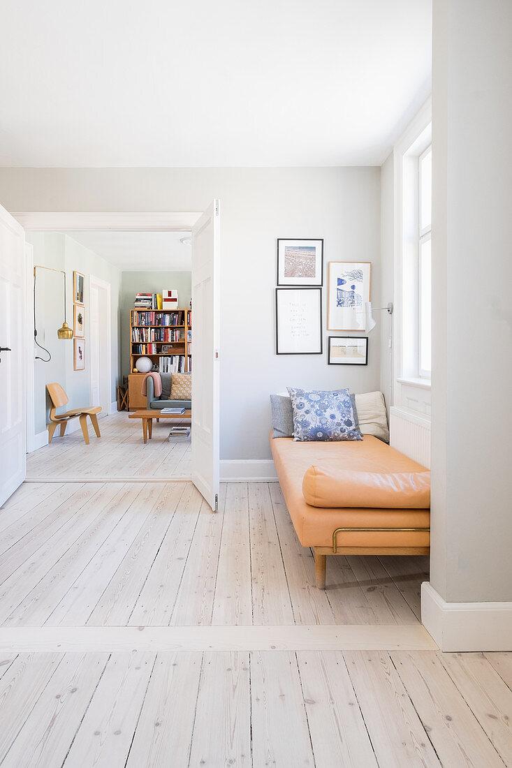 Liege vor der Doppeltür zum Wohnzimmer im Retro-Stil