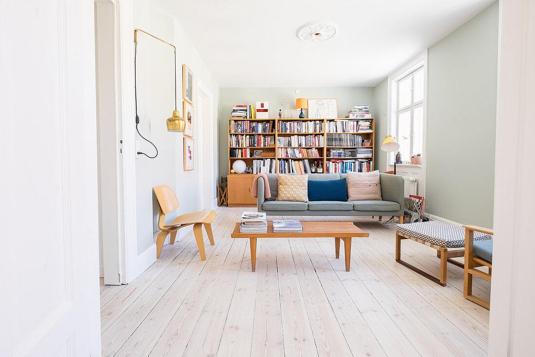 Helles Wohnzimmer im skandinavischen Retro-Stil
