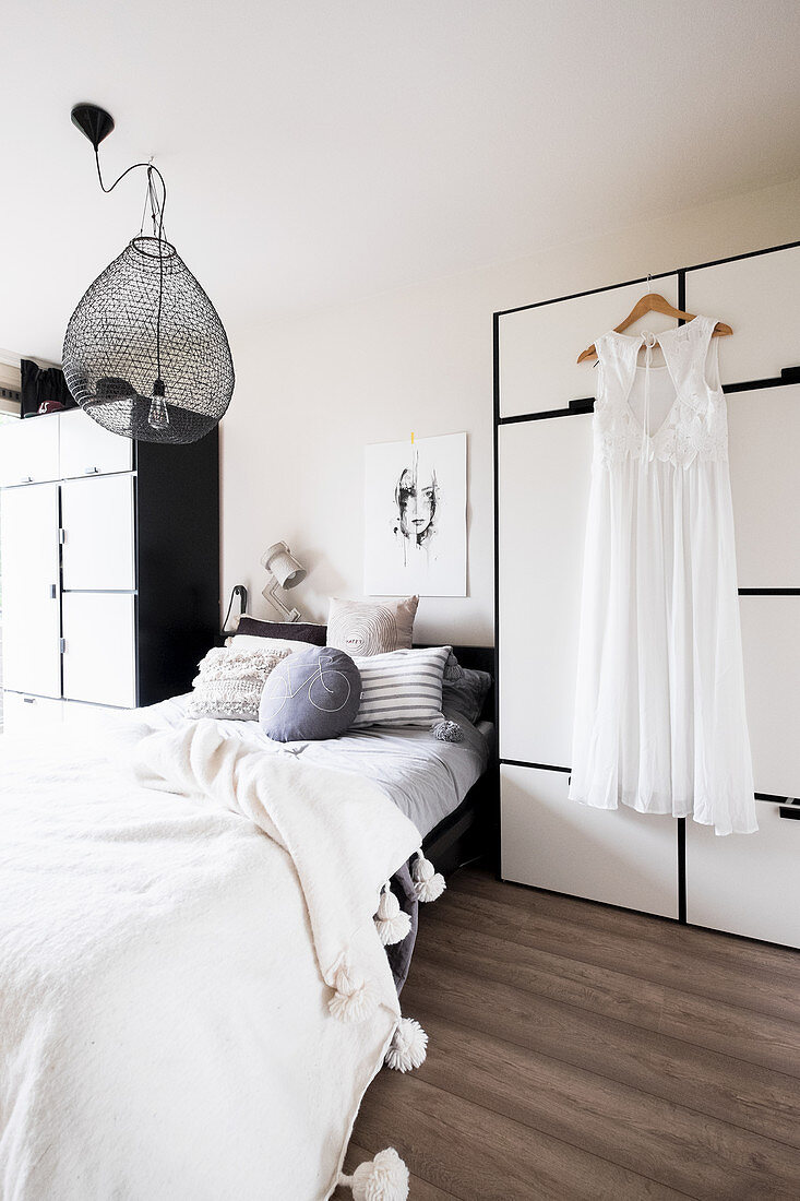 Bett zwischen zwei Kleiderschränken im Schlafzimmer