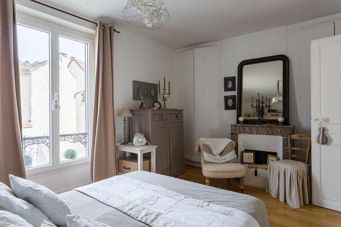 Schlafzimmer in Naturtönen mit … - Bild kaufen - 12506561 ...