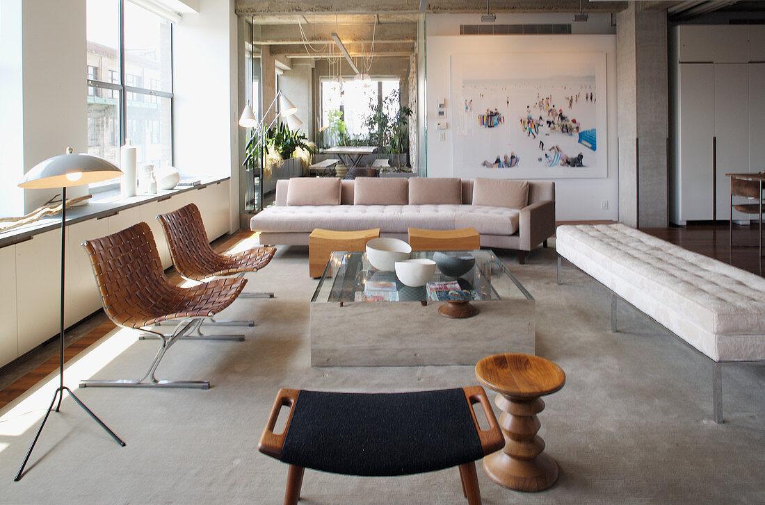 Elegante Lounge mit hellen Polstermöbeln und Designerstühlen