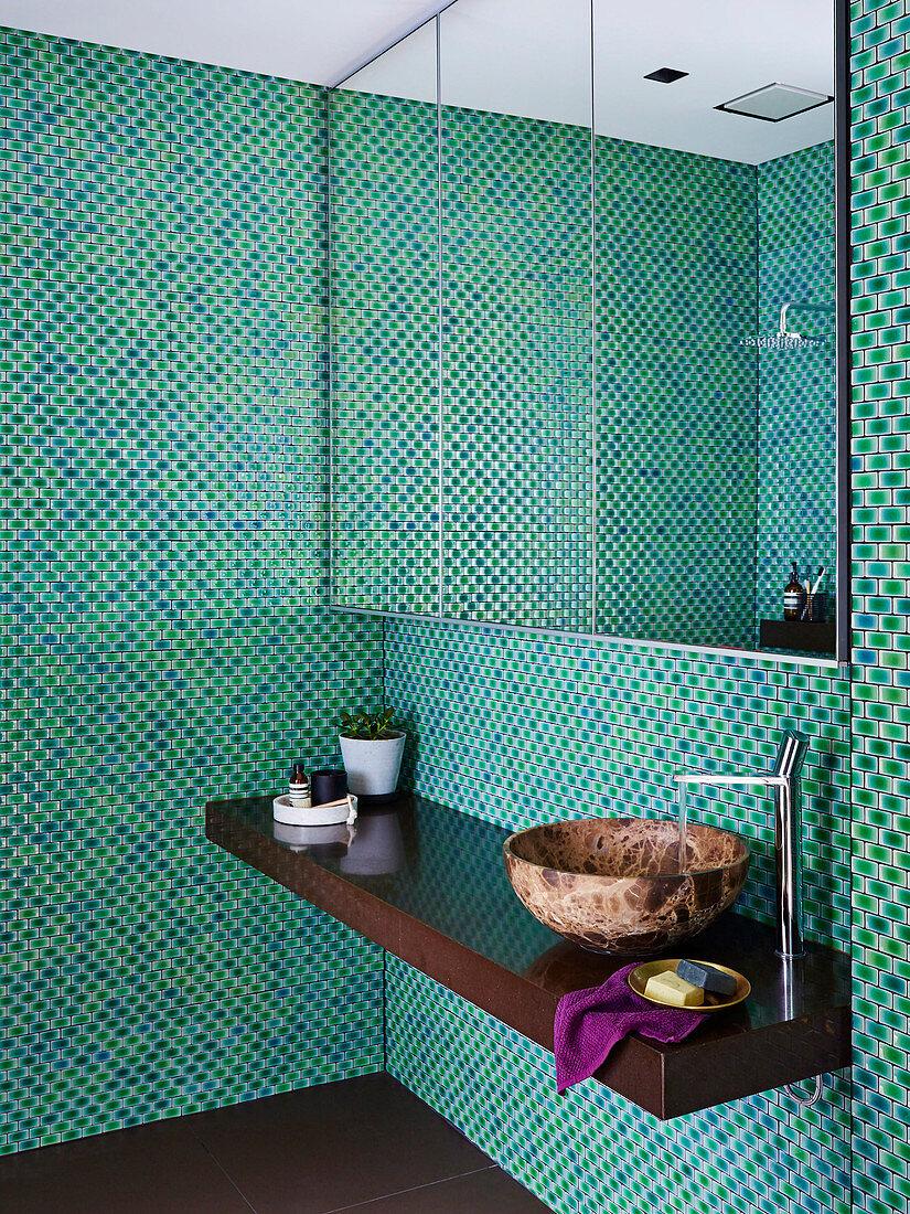 Spiegelschrank und Waschtisch im Bad mit … – Bild kaufen ...