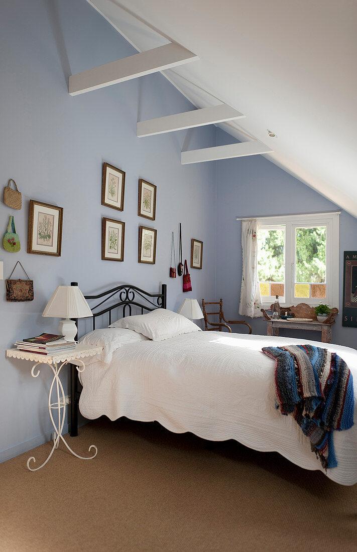 Bett An Hellblauer Wand Im Schlafzimmer Bild Kaufen 12545559 Living4media