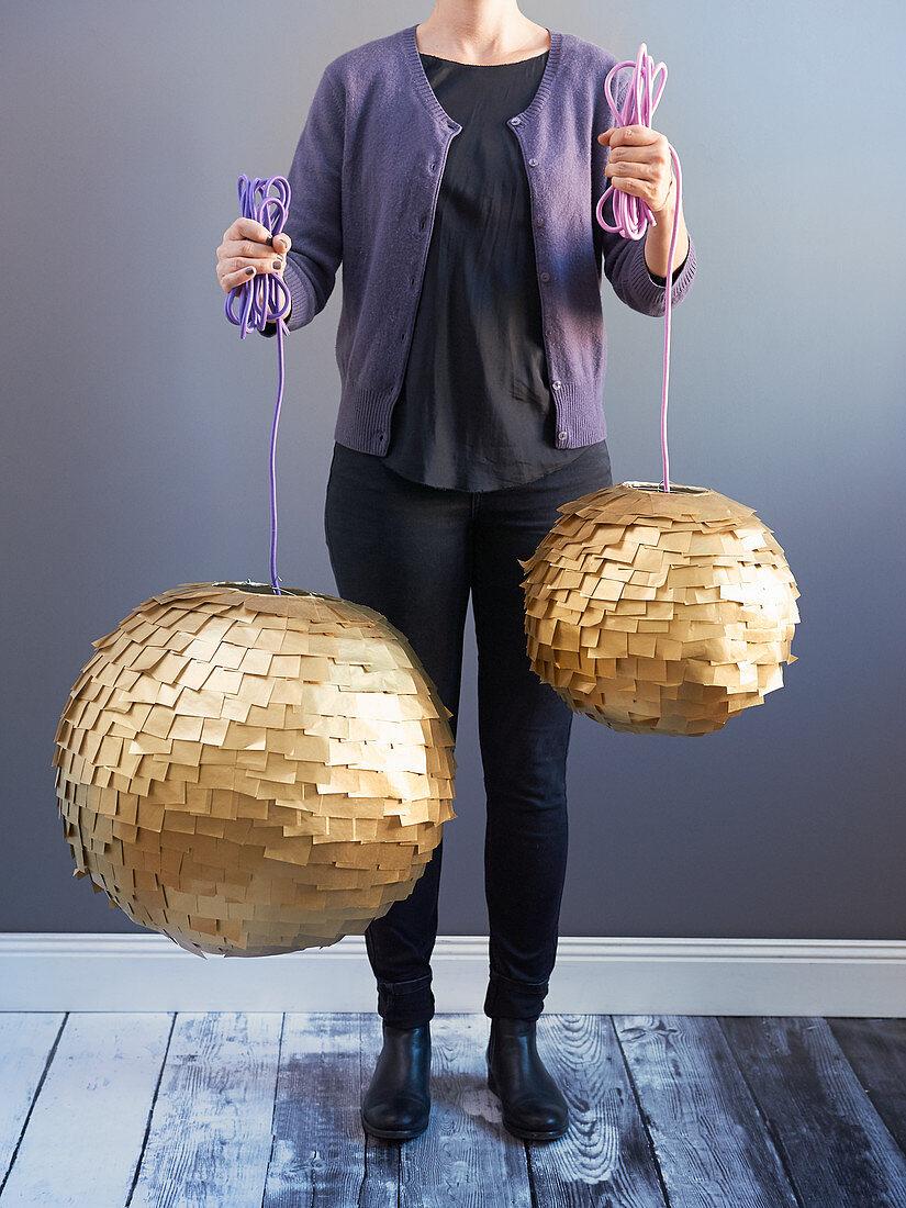 DIY-Lampions mit goldfarbenen Papierschnipseln