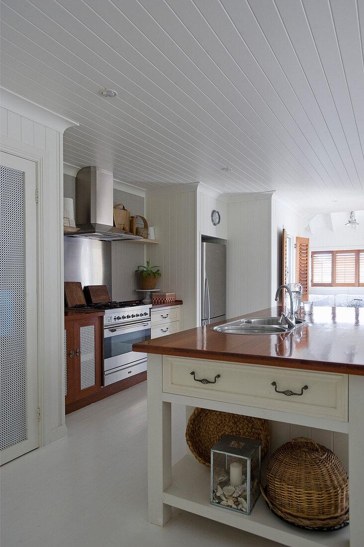 Kücheninsel in großer Landhausküche mit weißem Boden