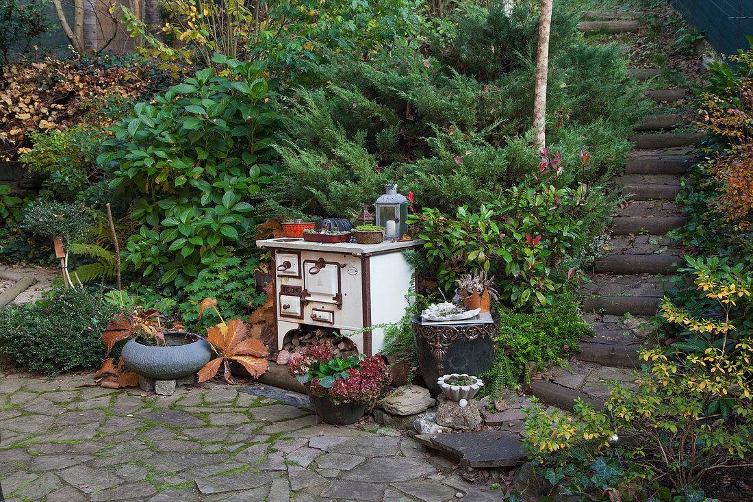 Alter Küchenofen als Dekoration im Garten