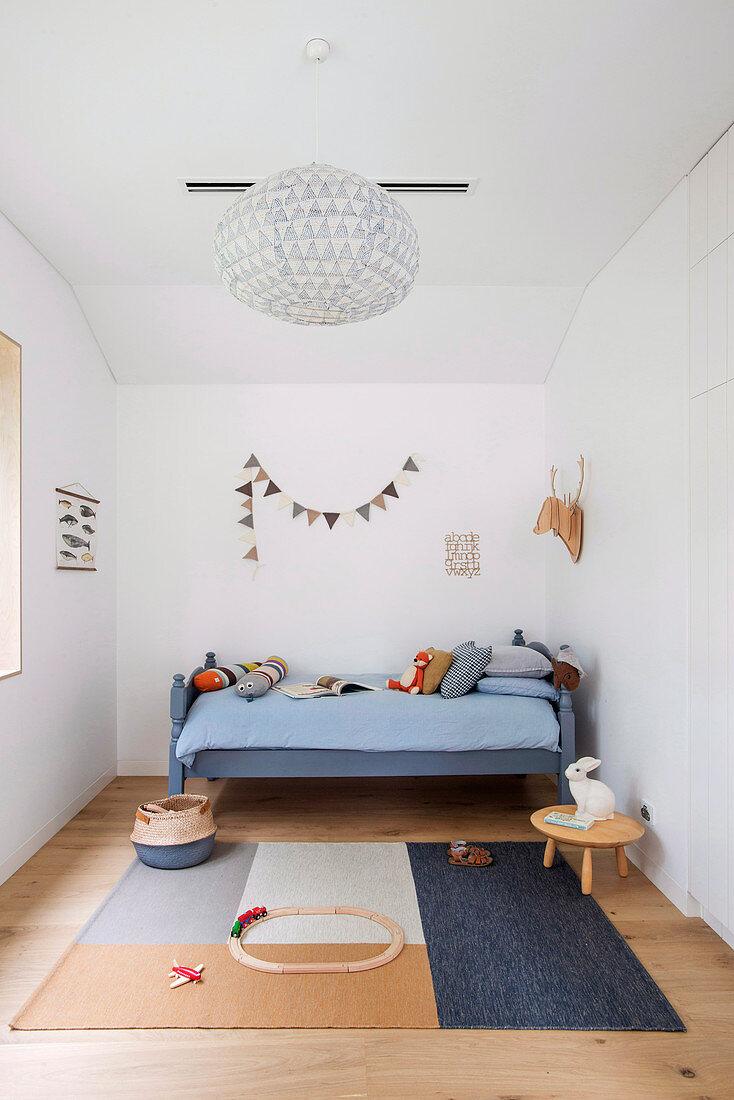 Minimalistisches Kinderzimmer mit Akzenten in Blau