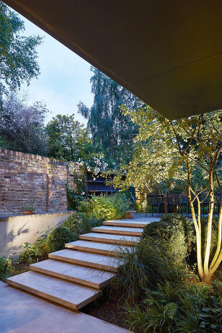 Treppe zur Terrasse im Garten mit … – Bild kaufen – 20 ...