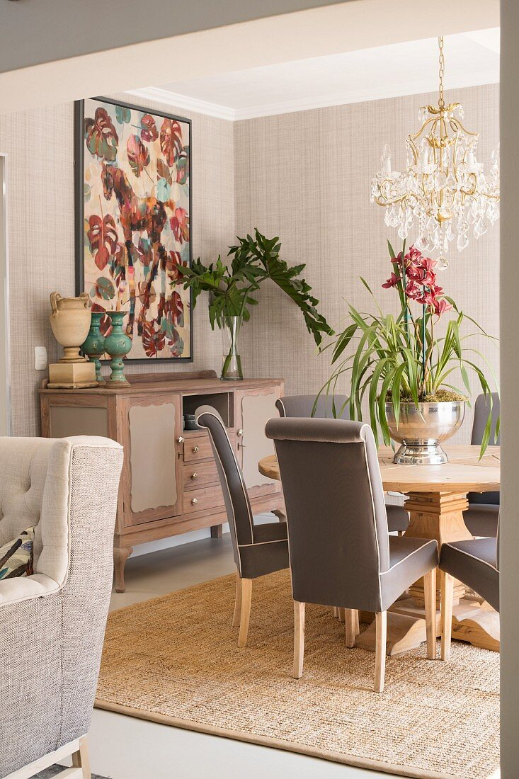 Elegantes Esszimmer Mit Rundem Tisch Und Bild Kaufen 12262817 Living4media