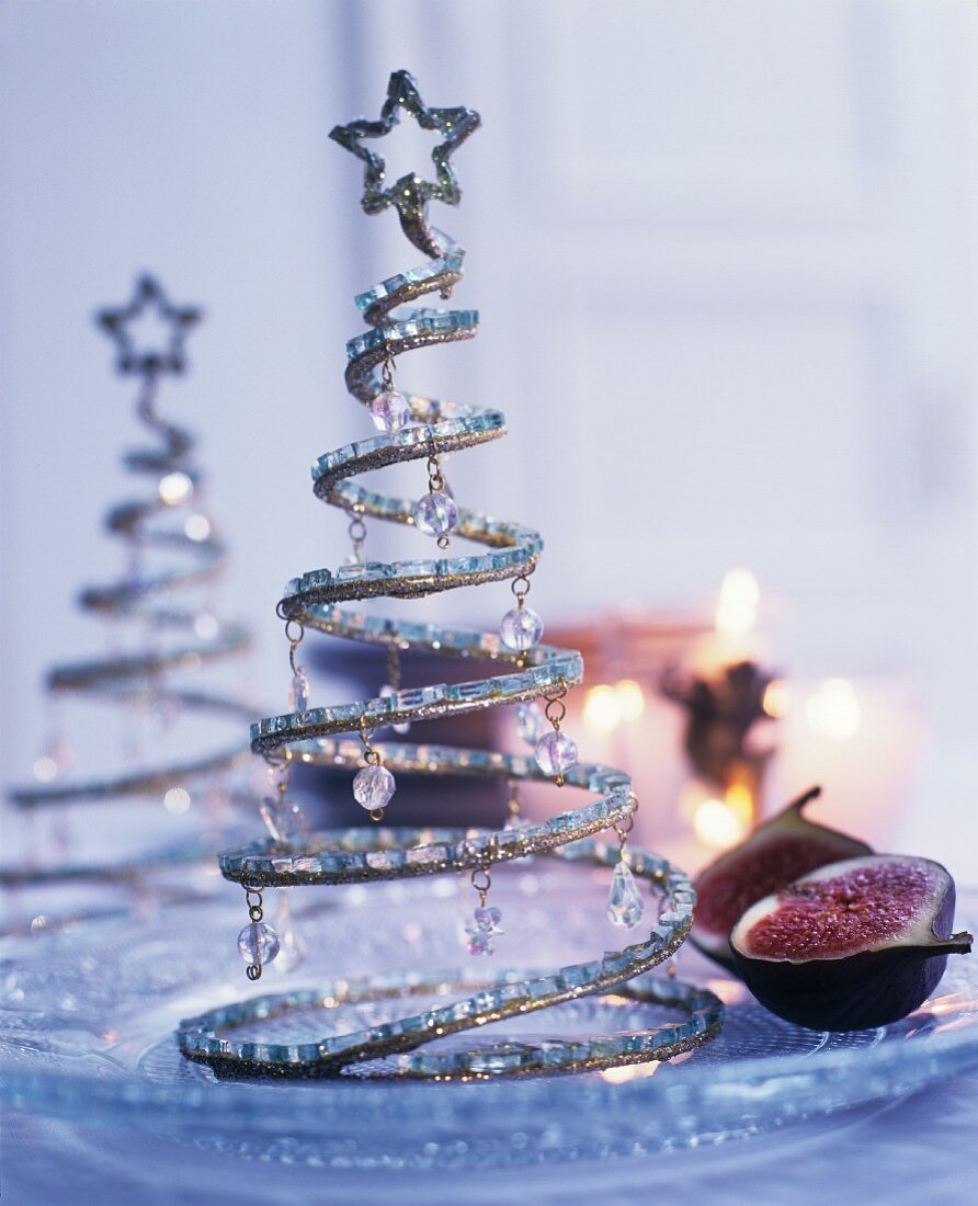 Tannenbäumchen aus Draht verziert mit Perlen als stimmungsvolle Weihnachtsdekoration