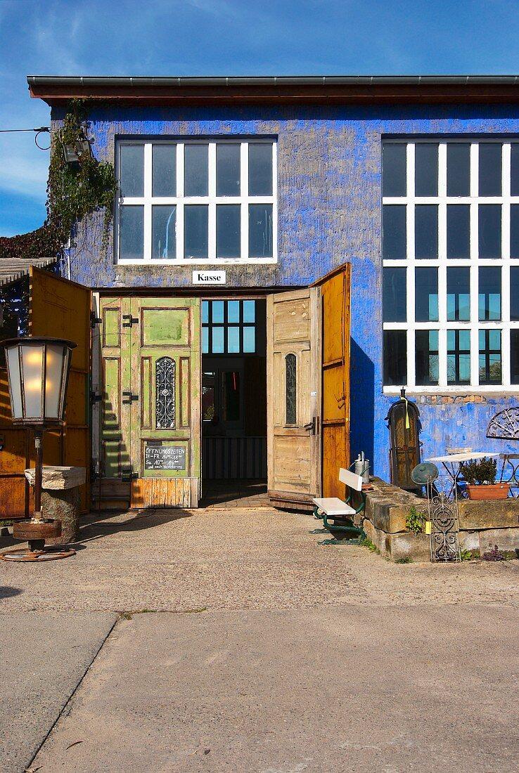 Umgenutztes Fabrikgebäude mit blauer Vintage Fassade
