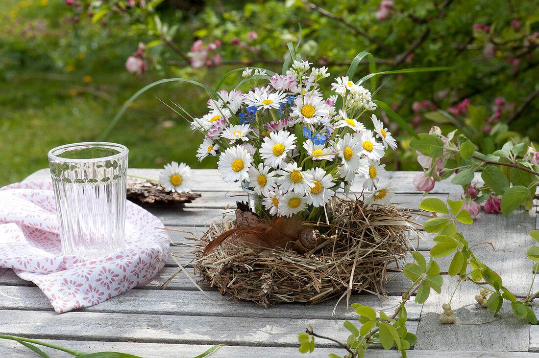 Kleines Sträußchen aus Bellis perennis ( Gänseblümchen ), Cardamine