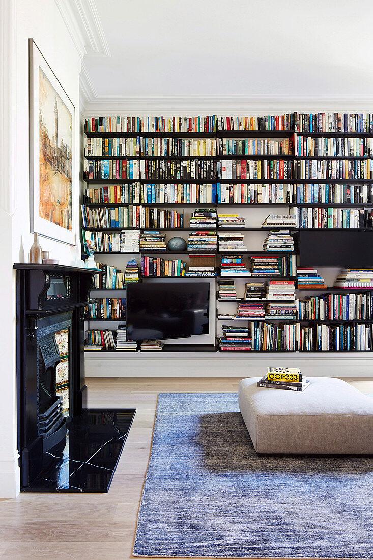 Große Bücherwand im Wohnzimmer mit … – Bild kaufen – 12369439 living4media