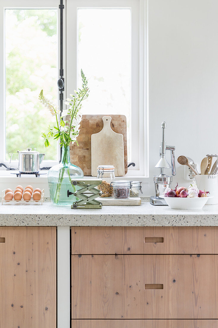 Modern country-house kitchen with pale wooden fronts and vintage-style accessories