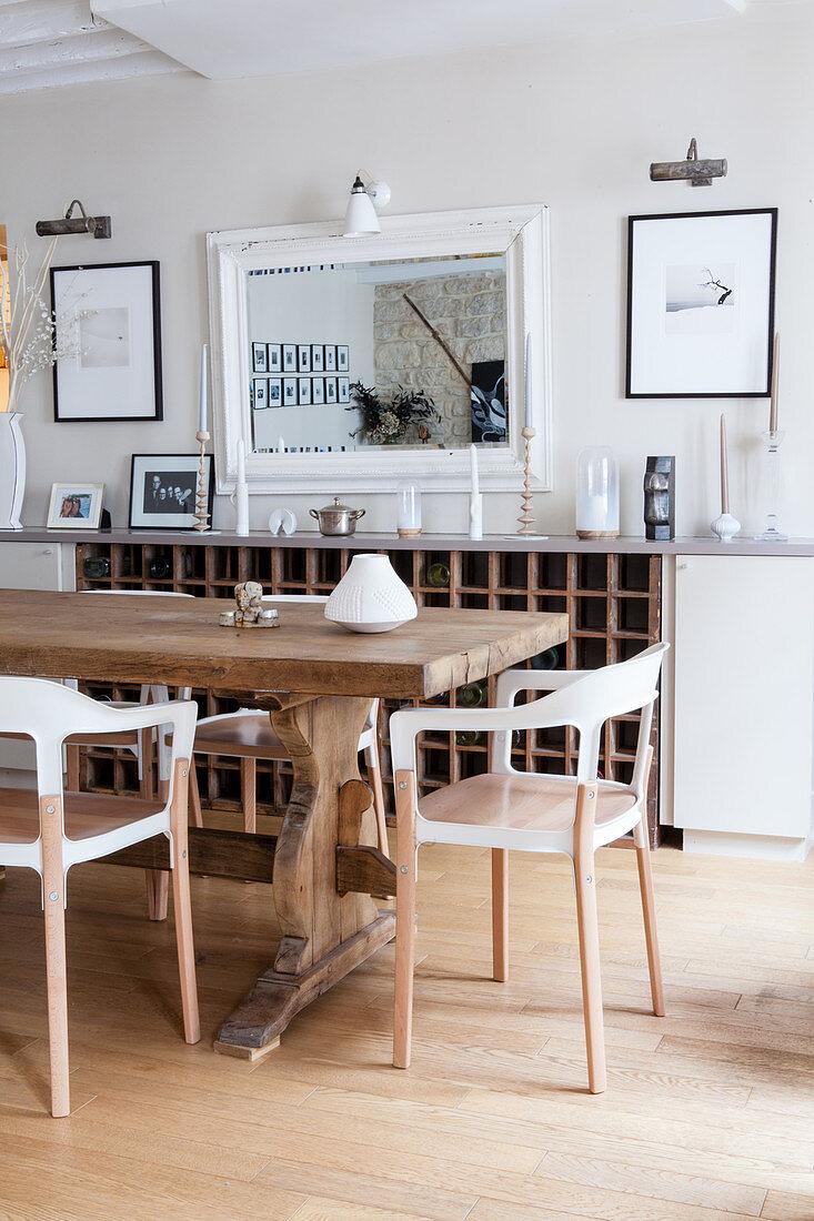 Moderne Stuhle Am Rustikalen Holztisch Bild Kaufen 12580863 Living4media