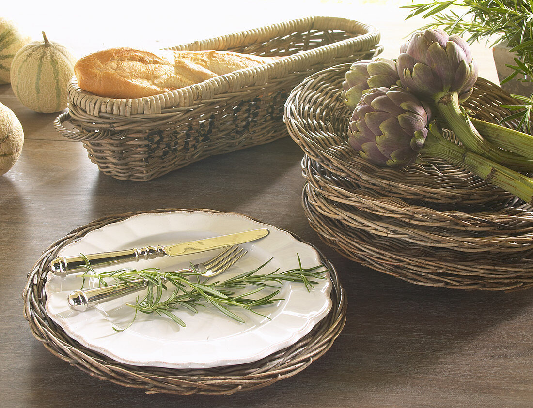 Wicker charger plates with Mediterranean decorations