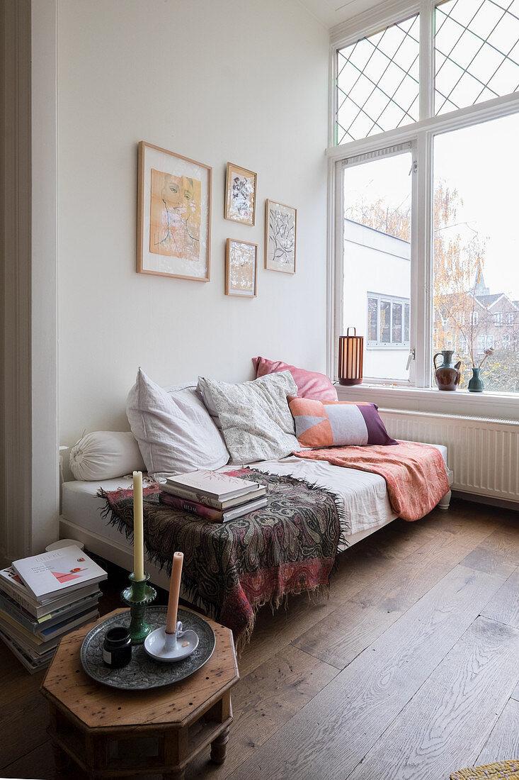 Bett mit Kissen und Decken in Altbauwohnung
