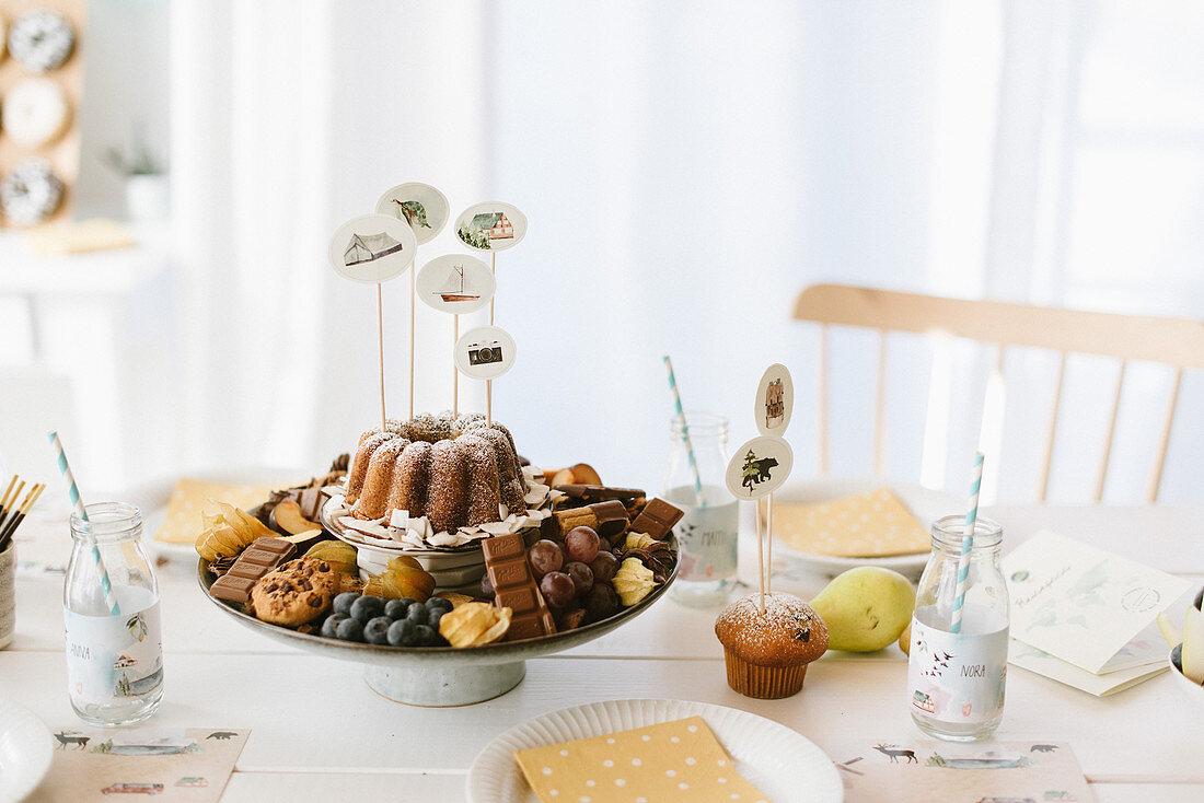 Allerlei Süßes auf Etagere dekoriert mit DIY-Dekosteckern