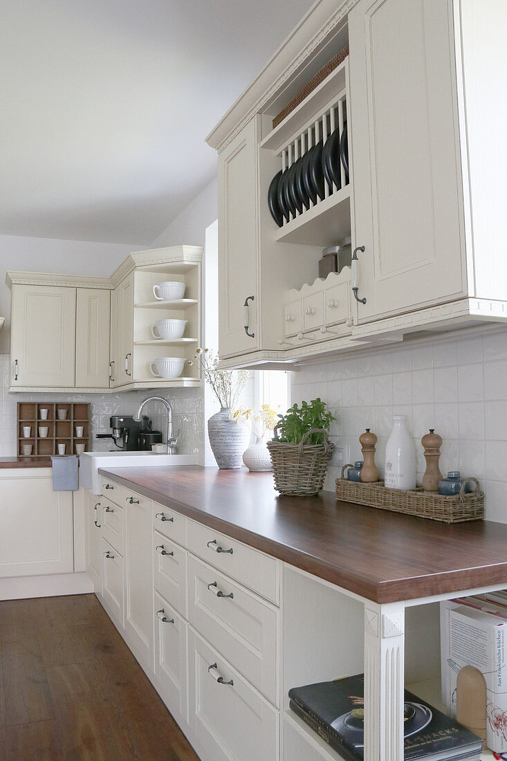 Cream country-house kitchen with dark brown worksurface