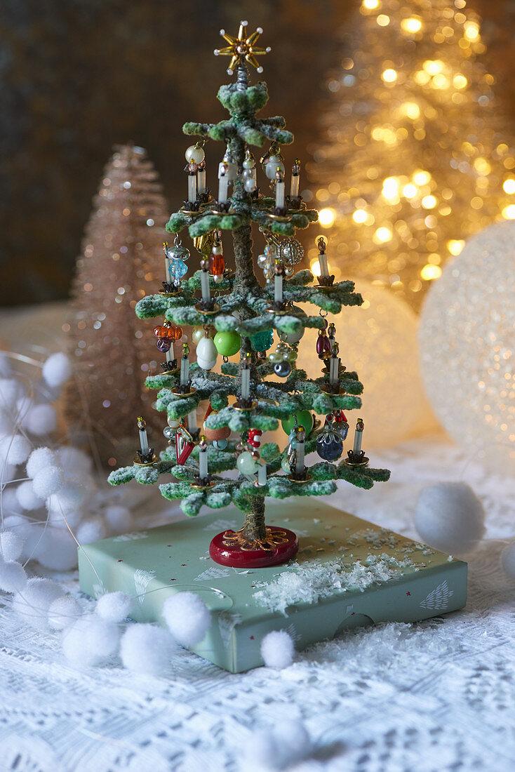 Geschmücktes, künstliches Weihnachtsbäumchen