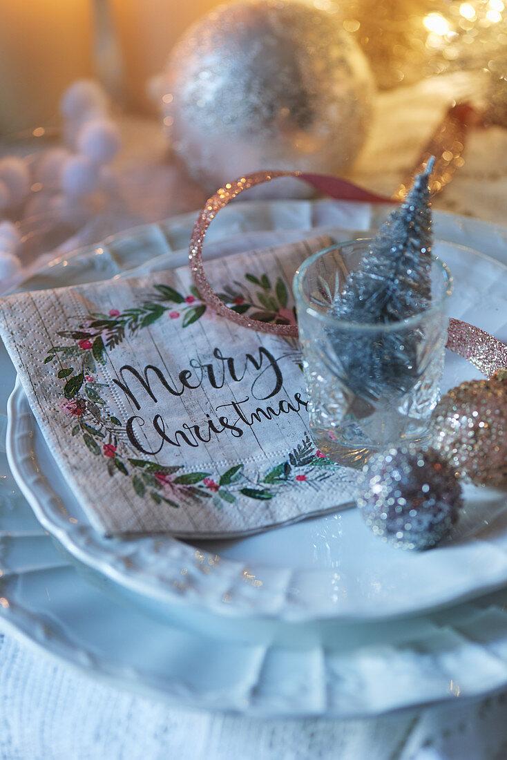 Weihnachtlich dekoriertes Gedeck