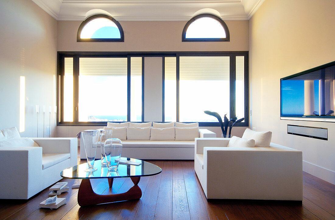 Weiße Sitzgarnitur und Coffeetable im Wohnzimmer