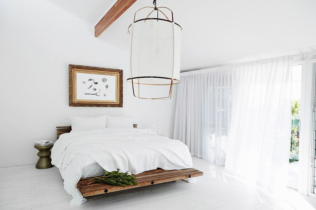 Minimalistisches und schlichtes Schlafzimmer in Weiß