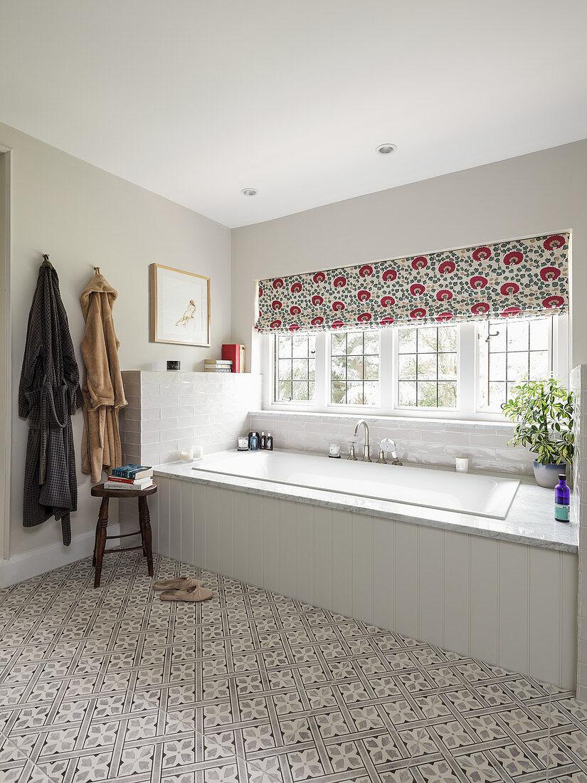 Weiß geflieste Badewanne unter Fenster … – Bild kaufen – 20 ...