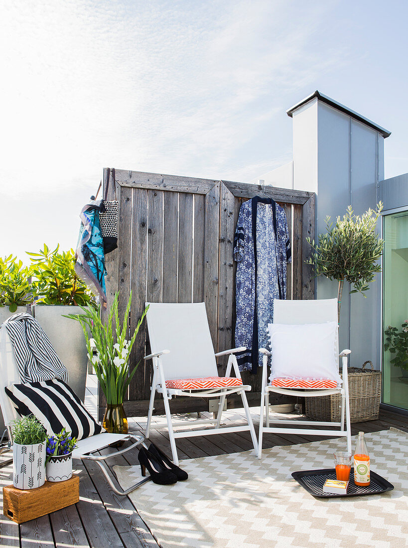 Textiles with graphic patterns in seating area on roof terrace